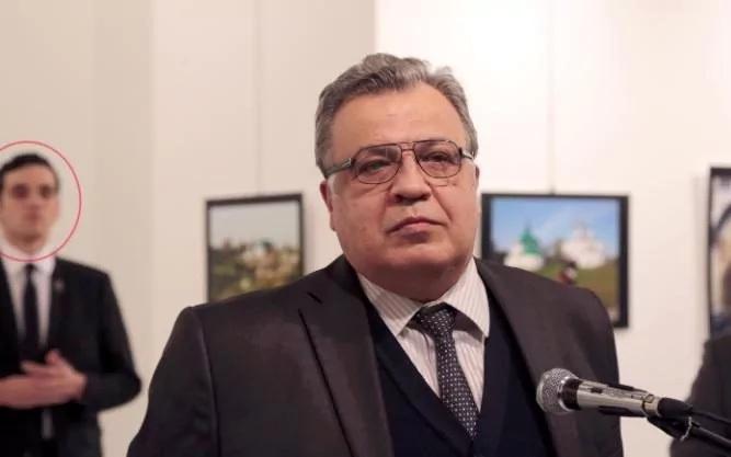 Altintas (vòng tròn đỏ) đã đứng lặng lẽ sau lưng Đại sứ Karlov trước khi nổ súng bắn chết nhà ngoại giao Nga (Ảnh: Telegraph)