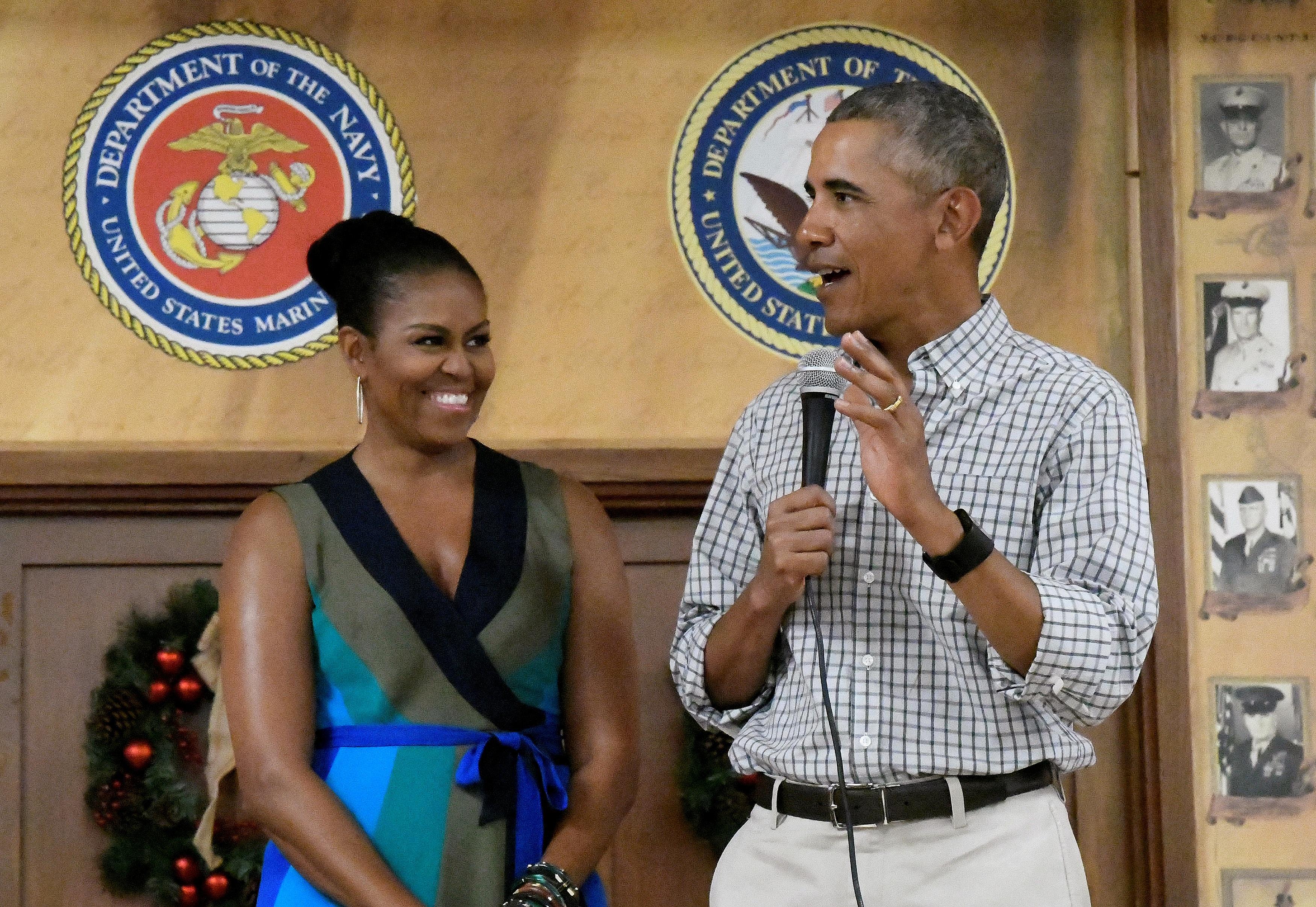 Tổng thống Barack Obama và phu nhân phát biểu tại căn cứ Thủy quân lục chiến Mỹ ở Hawaii hôm 25/12 (Ảnh: Reuters)