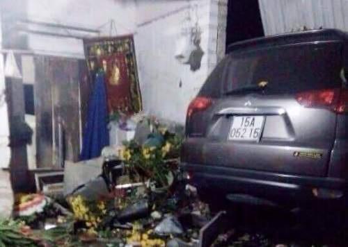 Hiện trường vụ ta nạn, chiếc ô tổ đâm thẳng vào nhà dân (ảnh: CTV)