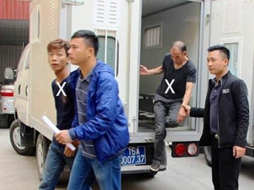 Hai đối tượng Huy và Hiệp bị dẫn giải về cơ quan công an ( ảnh CTV - Huy và Hiệp là hai người mặc áo đen bên trái)