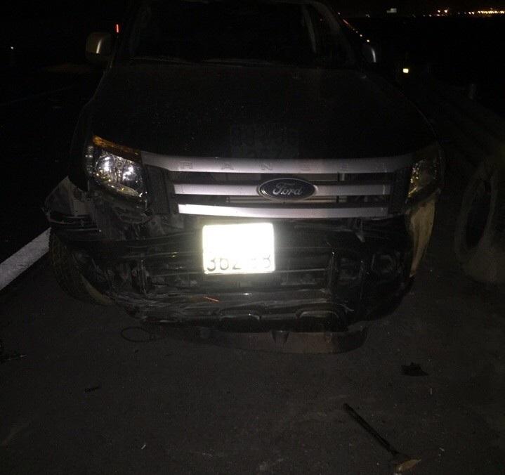 Xe bán tải bị tông khi đang sửa chữa trên đường
