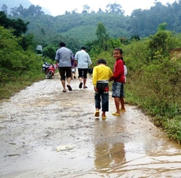 Sau đoạn đường mênh mông nước, chúng tôi phải tăng bo bằng xe máy 7-8km (Ảnh: H.P)