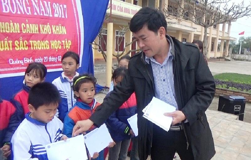 Ông Đặng Văn Thành, đại diện Công ty TNHH Grobest Việt Nam trao học bổng cho học sinh khó khăn có thành tích học tập xuất sắc