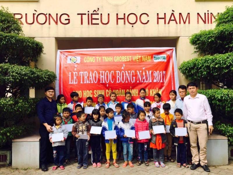 Phóng viên Dân trí cùng đại diện Công ty Grobest Việt Nam trao học bổng cho học sinh Trường tiểu học Hàm Ninh