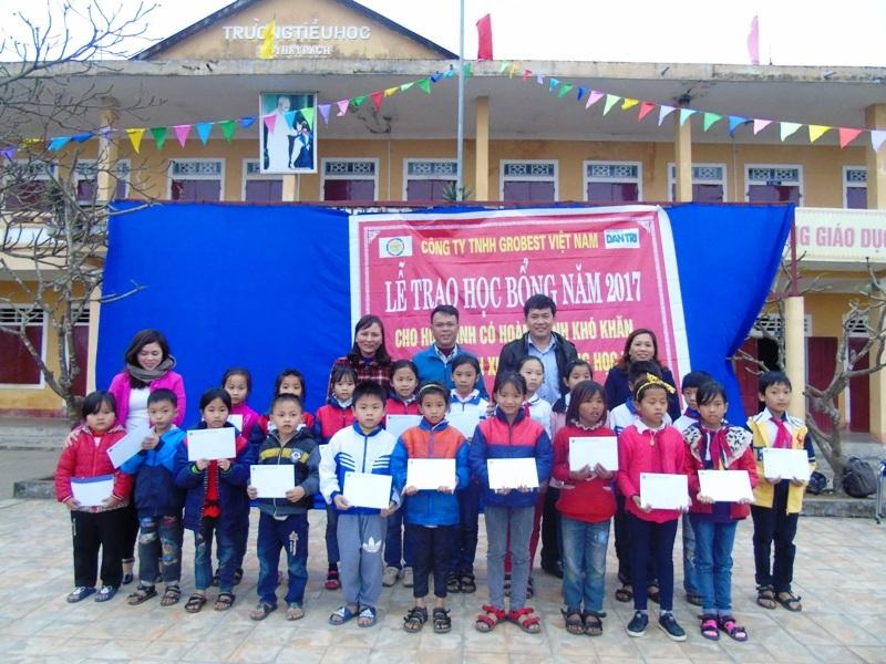 Trao học bổng cho học sinh nghèo học giỏi tại Trường tiểu học Hạ Trạch