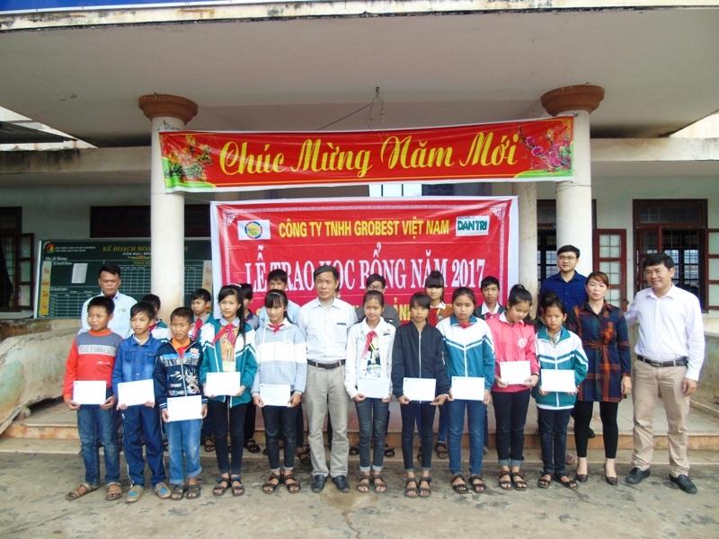 Đợt này, Công ty TNHH Grobest đã trao 144 suất học bổng, mỗi suất 600 ngàn đồng cho các em học sinh của 6 trường trên địa bàn Quảng Bình