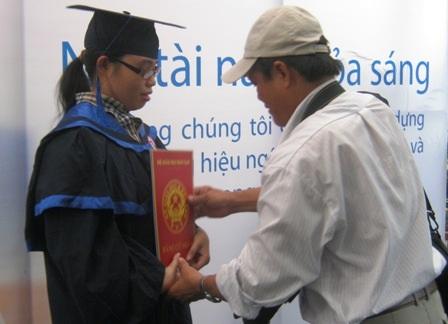 """Sinh viên Ngoại thương bị """"chém đẹp"""" trong lễ tốt nghiệp  - 3"""
