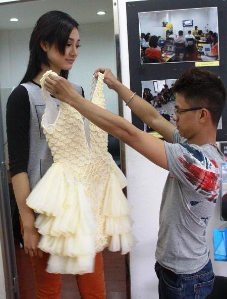 Nguyễn Minh Tuấn thử bộ đầm làm từ BCS cho Trà My Vietnam's Next Top Model