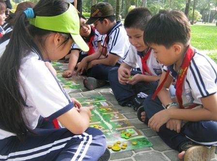 Học trò thích thú với trò chơi ô ăn quan.