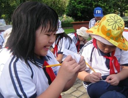 Dù mồ hôi nhễ nhại nhưng được giải phóng khỏi khuôn khổ lớp học, học trò tỏ ra rất thích thú.