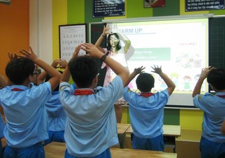 HS Trường tiểu học Lê Ngọc Hân (Q.1, TPHCM) trong giờ học ngoại ngữ.