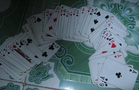 Nạn cờ bạc là thú vui thu hút nhiều bạn trẻ những ngày đầu xuân.