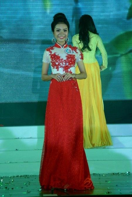 Nguyễn Thảo Ngân (ĐH KHXH&NV) có phần trình diễn trang phục tự chọn rất độc đáo, cá tính.