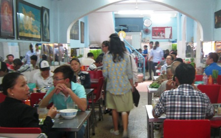 Các quán chay kín người, khách phải kiên nhẫn chờ mới có bàn để ngồi.