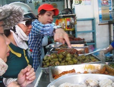 Khách hàng chọn ăn chay trong ngày Phật Đản.