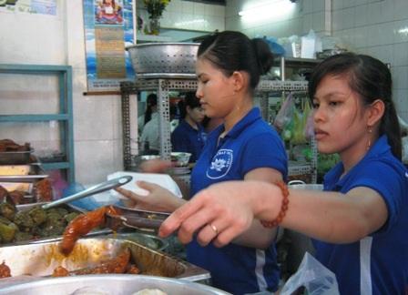 Nhân viên các quán chay làm việc không ngơi tay trong ngày Phật Đản.