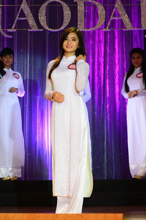 Áo dài trắng truyền thống luôn tạo nên nét duyên dáng, nền nã cho thiếu nữ Việt.