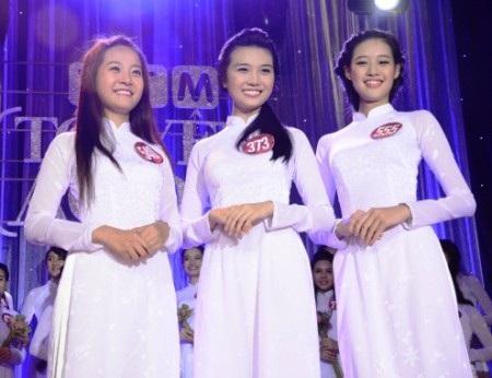 Không thể phủ nhận, vóc dáng của Khánh Vân rất hợp với áo dài.