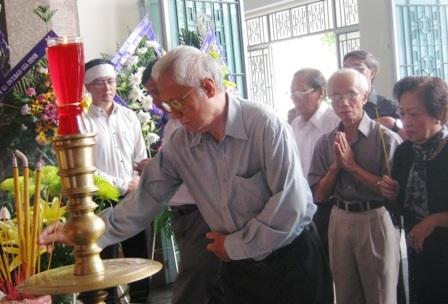 Nhiều thế hệ học trò kính cẩn trước linh cữu GS, NGND Hoàng Như Mai.