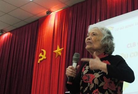 Bà giáo 83 tuổi Đàm Lê Đức chia sẻ với phụ huynh về giáo dục con cái.