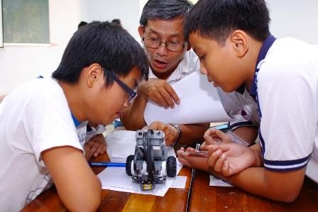 Thầy trò Trường chuyên Trần Đại Nghĩa, TPHCM trong giờ học ngoại khóa Robotics.