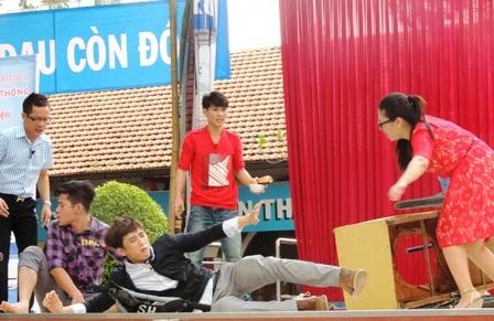 Một cảnh diễn trong vở kịch về an toàn giao thông.