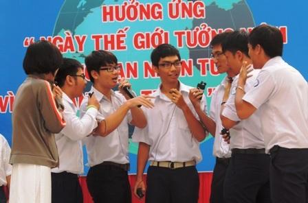 Nhiều học trò lúng túng trước những lời rủ rê, kích bác từ bạn bè.