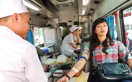 Rất nhiều người đi đường bất ngờ tham gia hiến máu cùng các bạn trẻ.