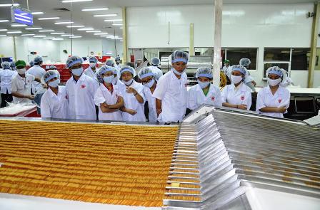Sinh viên tham quan và học hỏi kiến thức thực tế tại nhà máy Kinh Đô