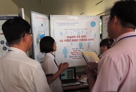 Học sinh Trường THPT Trần Văn Giàu giới thiệu đề tài Mạng xã hội và việc học tiếng Anh.