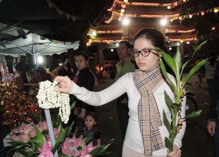 Tránh những nơi ồn áo, náo nhiệt, nhiều bạn trẻ lên chùa đón giao thừa.