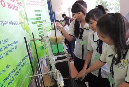 Sản phẩm sáng chế ly trích tinh dầu từ vỏ bưởi của học trò Trường THPT Nguyễn An Ninh