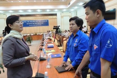 Bà Nguyễn Thị Quyết Tâm,Chủ tịch HĐND TPHCM trò chuyện với các cử tri trẻ.
