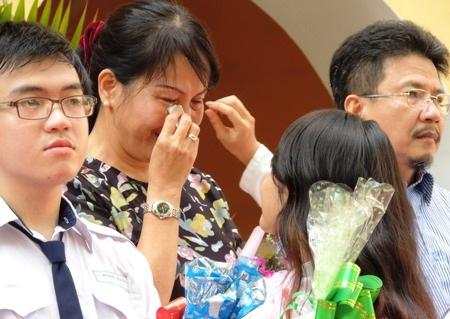 Giây phút nghẹn ngào của mẹ và con gái trong lễ tri ân tại Trường THPT Nguyễn Thị Minh Khai, TPHCM