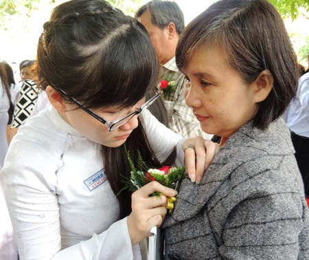 Bông hoa tri ân được những người con tuổi 18 cài lên áo bố mẹ
