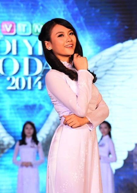 Nguyễn Thiếu Lan (Đồng Nai) trong trang phục áo dài nữ sinh.
