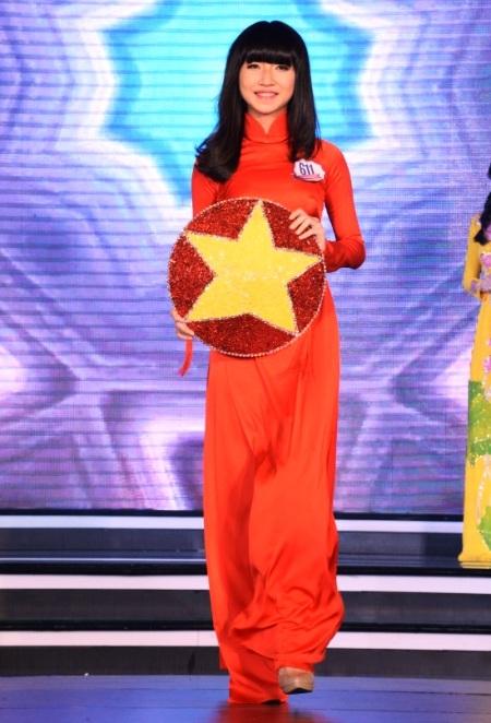 Nữ sinh Dương Phương Đông, TPHCM trong tà áo dài đỏ.