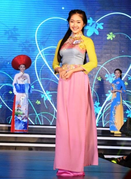 Võ Thị Tính (Đà Nẵng) trong trang phục áo dài tự chọn