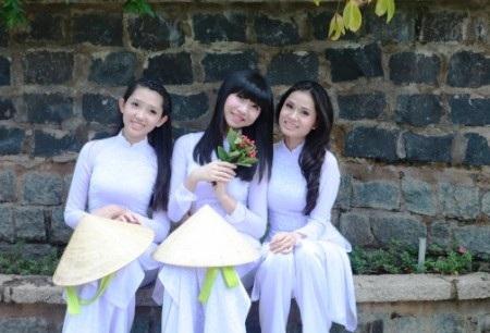 Các nữ sinh trong hoạt động chụp ảnh ngoài trời cùng với tà áo dài trắng tinh khôi