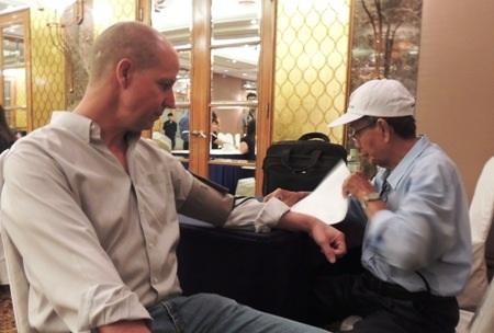 Mark Gillin, người Mỹ, lần thứ 3 tham gia hiến máu tình nguyện tại Việt Nam.