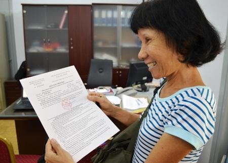 Tân sinh viên 59 tuổi Đặng Thị Bích Liên trong niềm vui nhận giấy báo nhập học