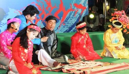 Nhà giáo Nguyễn Ngọc Ký vừa đọc thơ vừa viết thư pháp bằng chân.