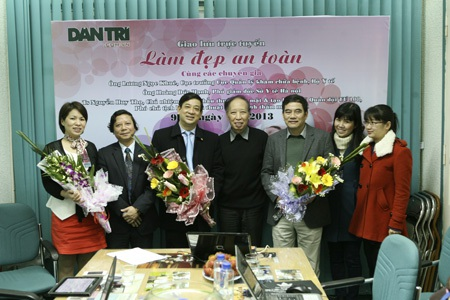 TBT Phạm Huy Hoàn (giữa) tặng hoa các khách mời của buổi tọa đàm.