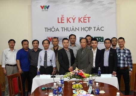 Đại diện lãnh đạo VTVCab và báo Dân trí tại buổi lễ ký kết thỏa thuận hợp tác sáng 2/4/2014.