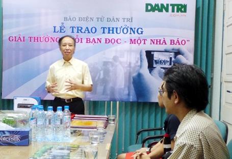 Tổng Biên tập Phạm Huy Hoàn cảm ơn sự đóng góp của bạn đọc dành cho báo Dân trí