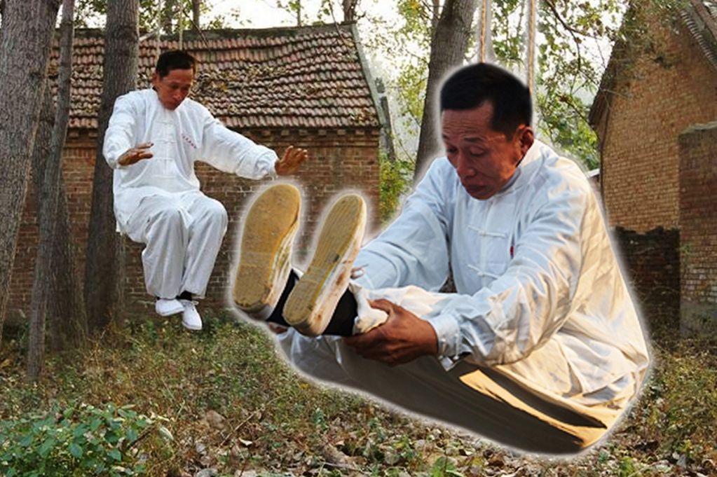 Võ sư Li đang tập luyện trong tư thế bị treo cổ