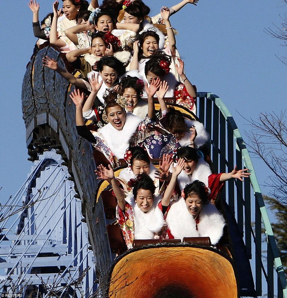 Các cô gái bước vào tuổi 20 vui chơi tại Công viên Giải trí Toshimaen, Tokyo