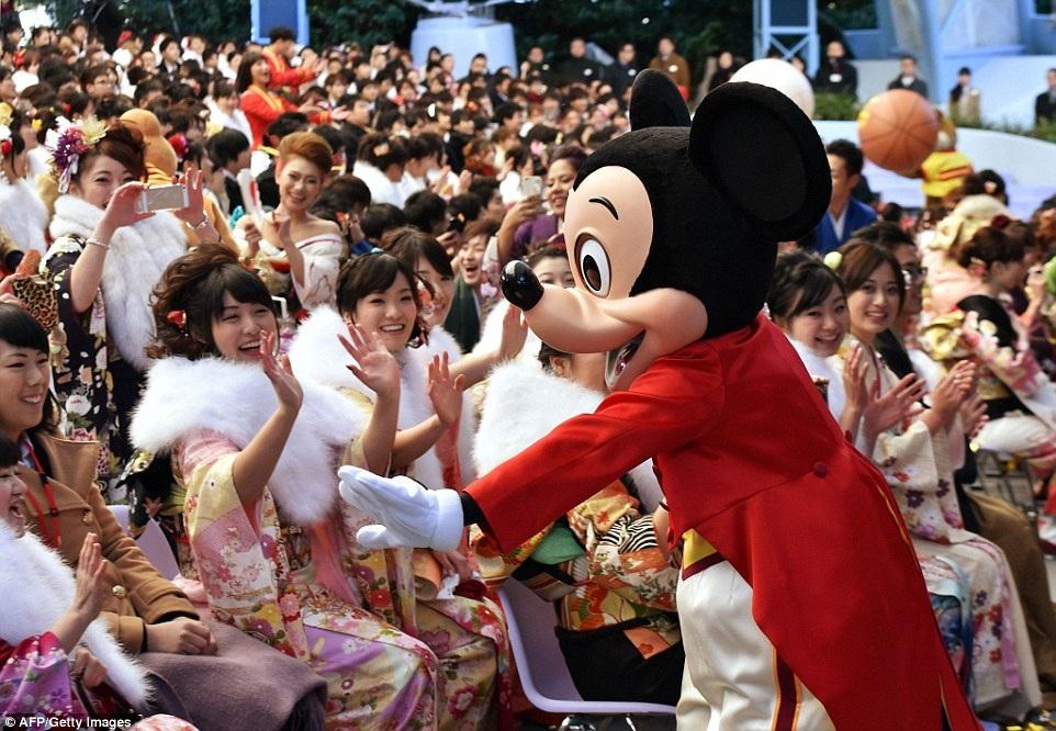 Tại công viên giải trí Tokyo Disneyland ở Urayasu