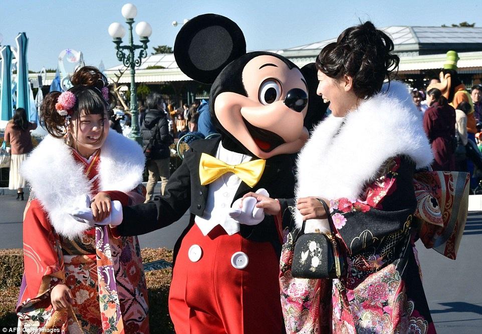Chụp ảnh cùng Chuột Mickey