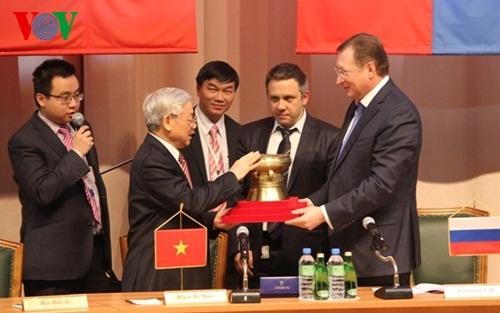 Tổng Bí thư Nguyễn Phú Trọng tặng chiếc trống đồng cho Tập đoàn Zarubezhneft.